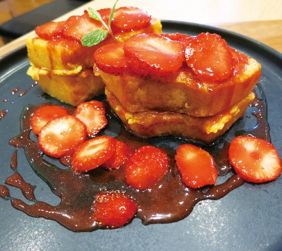 姬路必去JR站旁集時尚、伴手禮與美食的「piole HIMEJI大型綜合購物廣場」的「Hi!me cafe」的草莓法式吐司